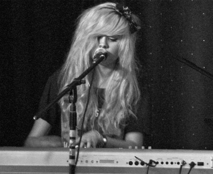 Nina Nesbitt plays Piano